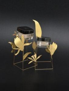 Thekendisplays im Pflegebereich können so aussergewöhnlich sein wie diese in Chanel Cremes die in goldenen Blumen zu schweben scheinen.