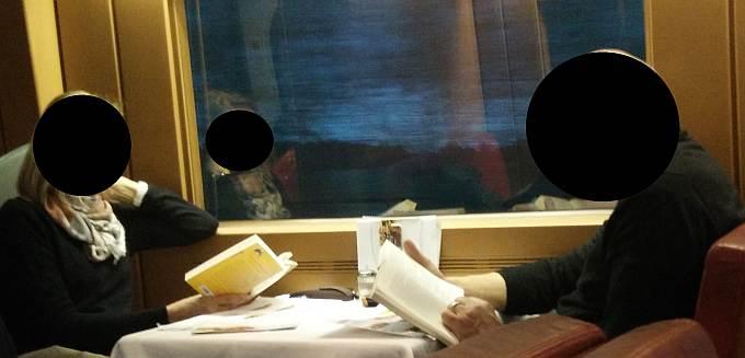 Paar lesend im Zug